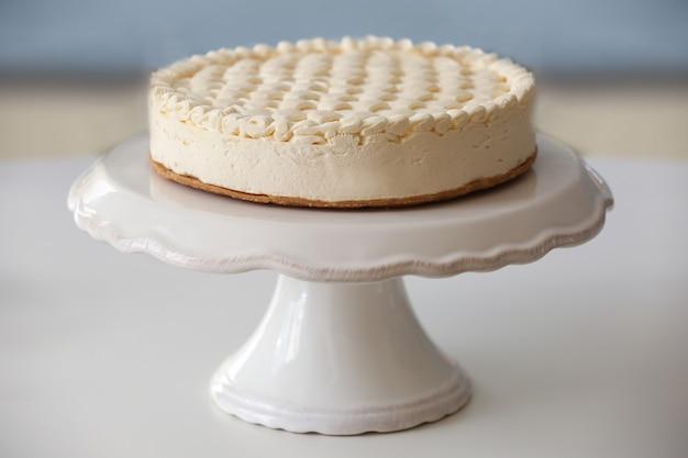 Délicieux cheesecake nature sur tableau blanc