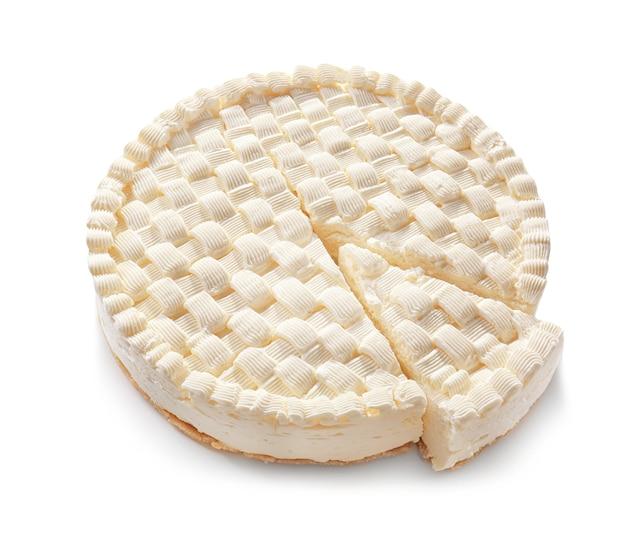 Délicieux cheesecake en tranches sur fond blanc