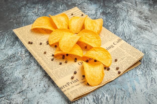 Délicieux, chips maison, sur, journal, sur, table grise banque d'image
