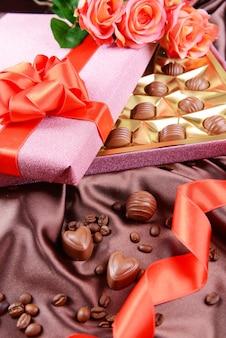 Délicieux chocolats en boîte avec des fleurs