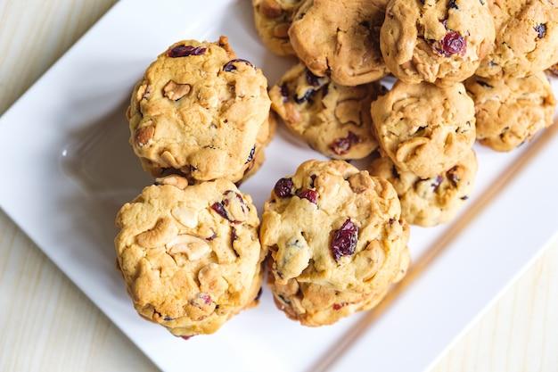Délicieux cookies aux pépites de chocolat fraîchement cuits sur plaque blanche