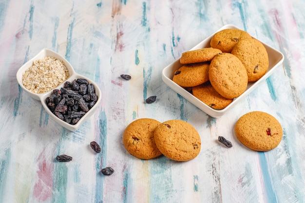 Délicieux cookies aux raisins secs et à l'avoine, vue du dessus