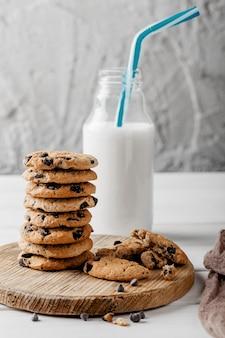 Délicieux cookies à côté du pot avec du lait