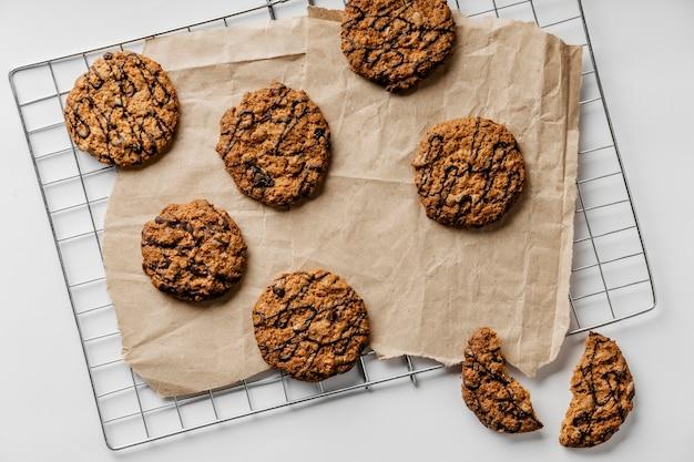 De délicieux cookies sur du papier sulfurisé