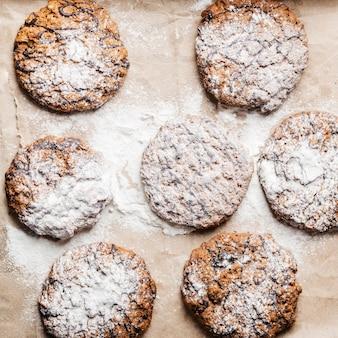 Délicieux cookies sur table