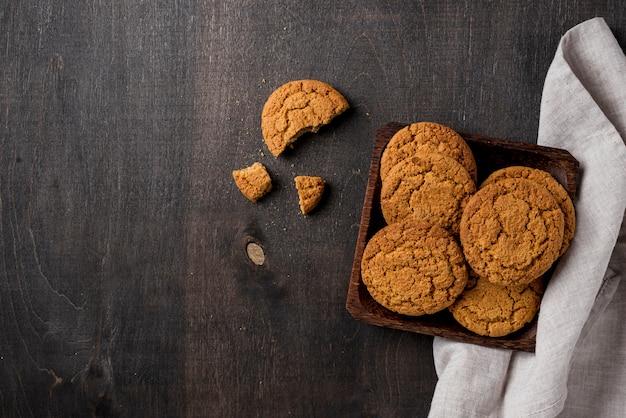 Délicieux cookies sur la vue de dessus du plateau