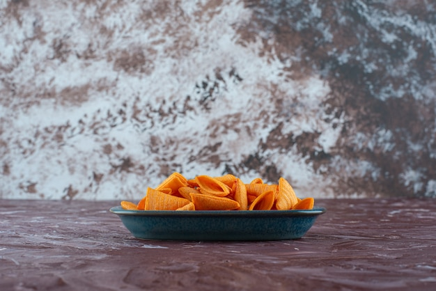 Délicieux copeaux de cône dans une assiette sur la surface en marbre