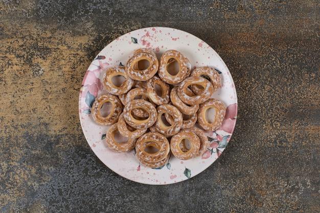 Délicieux craquelins salés sur assiette colorée.