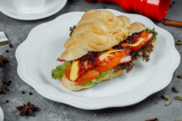 Délicieux croissant au jambon et fromage cheddar avec salade.