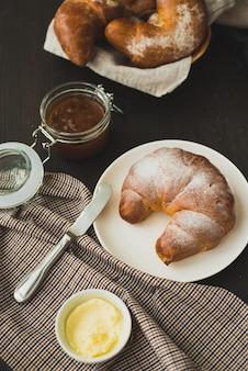 Délicieux croissant à saveur française pour le petit déjeuner.