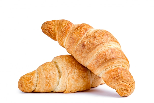 Délicieux croissants frais sur fond blanc