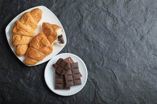 De délicieux croissants avec de savoureuses barres de chocolat.