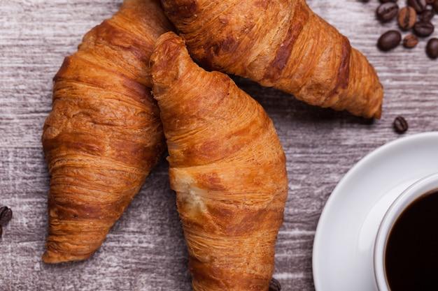 De délicieux croissants sur une table en bois vintage. cuisine française.