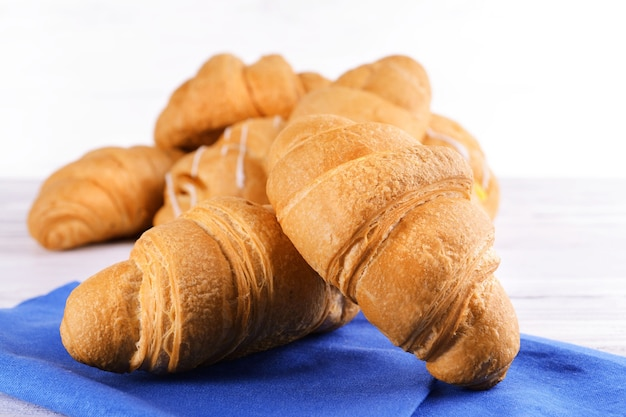 Délicieux croissants sur table close-up