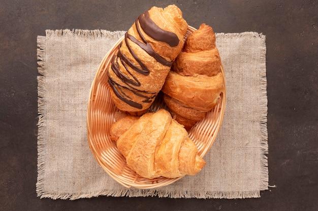 Délicieux croissants en vue de dessus de panier