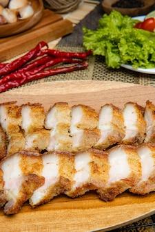 Délicieux et croustillant samcan goreng ou fried pork belly de medan north sumatra