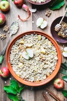 Délicieux crumble aux pommes et à l'avoine et aux noix