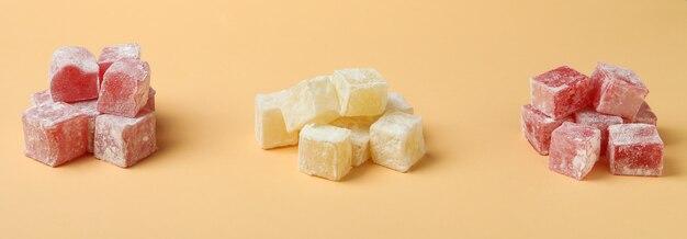 De délicieux cubes de loukoums sur beige