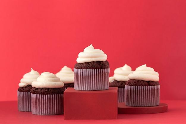 Délicieux cupcakes avec assortiment de crème