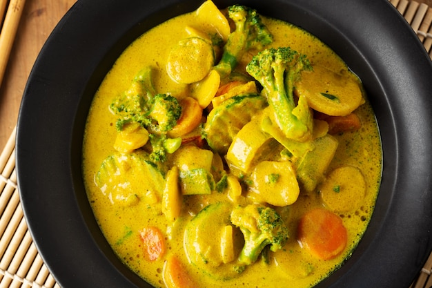 Délicieux curry végétalien appétissant avec des légumes sur une assiette. fermer.