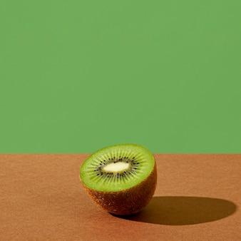 Délicieux demi-arrangement de kiwi