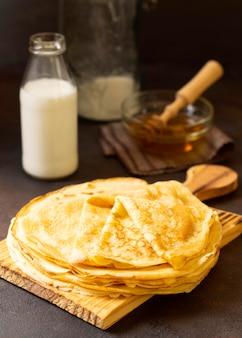 Délicieux dessert aux crêpes d'hiver et lait