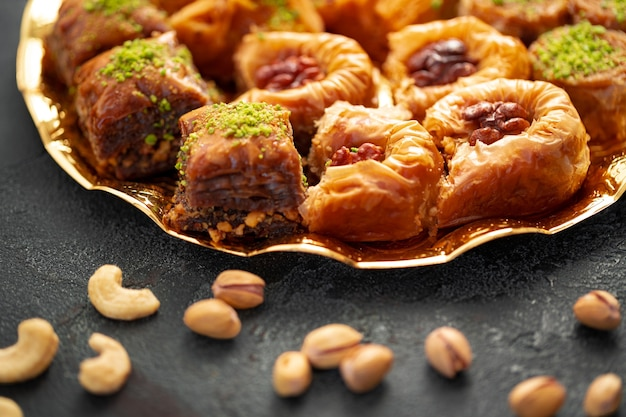 Délicieux dessert baklava dans un cadre oriental sur fond noir