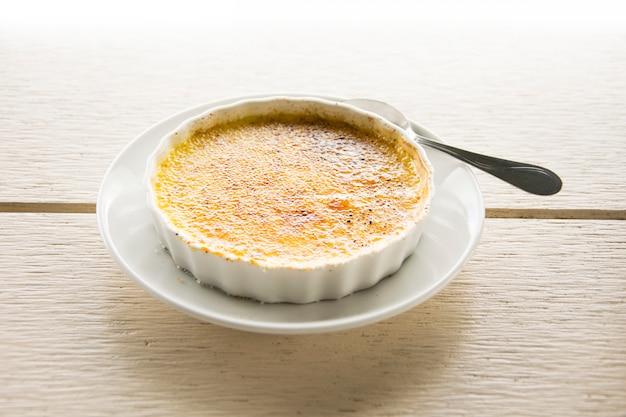 Délicieux dessert crème brûlée.