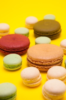 Délicieux dessert français de désherbage sur fond jaune. délicieux biscuits français