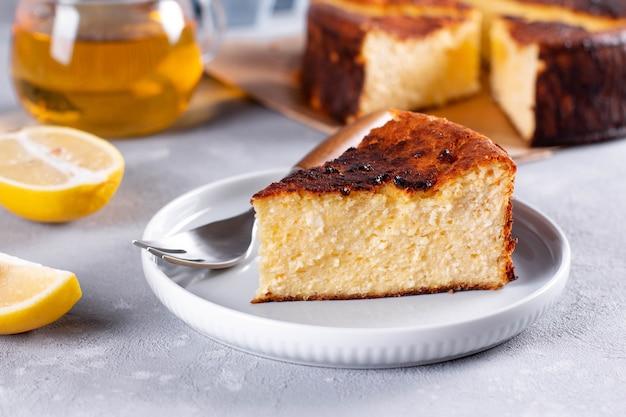 Délicieux dessert de gâteau au fromage brûlé basque