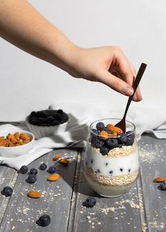 Délicieux dessert sain avec arrangement de myrtilles