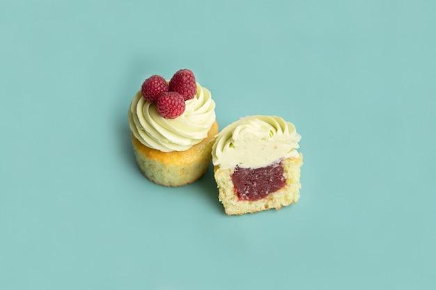 De délicieux desserts faits maison avec de la crème et des baies