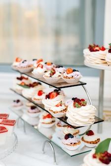 Délicieux desserts de mariage sur la table de restauration