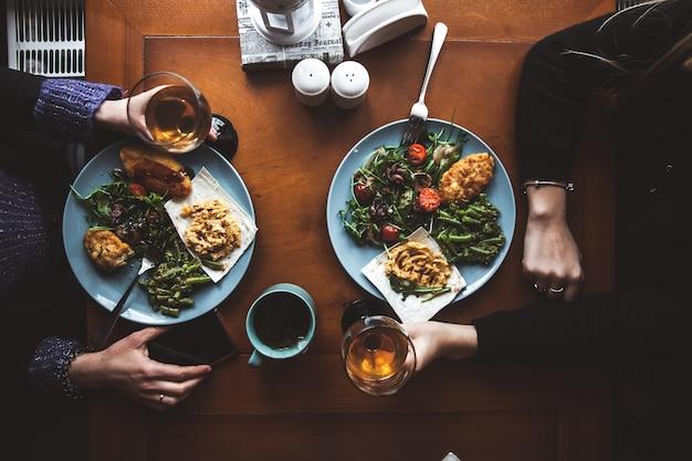 Délicieux dîner de deux filles dans un restaurant. c'est l'heure de l'amitié. nourriture et boisson