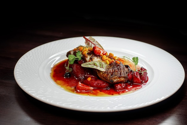 Délicieux dîner de viande avec des légumes sur une table en bois sombre