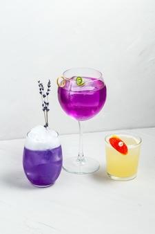 Délicieux ensemble de cocktails d'alcool décorés colorés