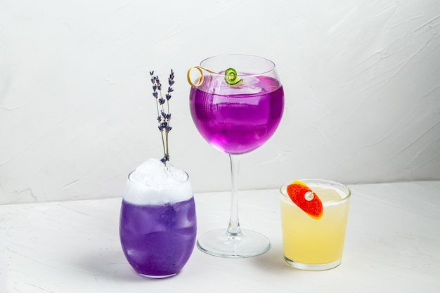 Délicieux ensemble de cocktails alcoolisés décorés colorés