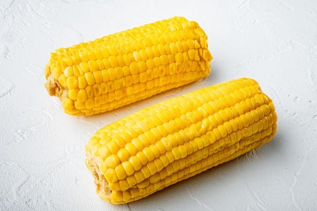 Délicieux ensemble de maïs sucré juteux, sur fond de pierre blanche