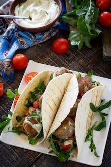 Délicieux enveloppement de tortillas faites maison avec falafel et salade fraîche tacos végétaliens