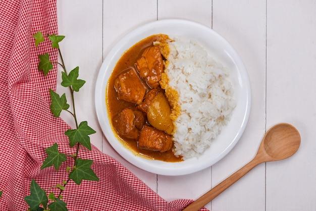 Délicieux et épicé poulet rôti au curry de la cuisine indienne.