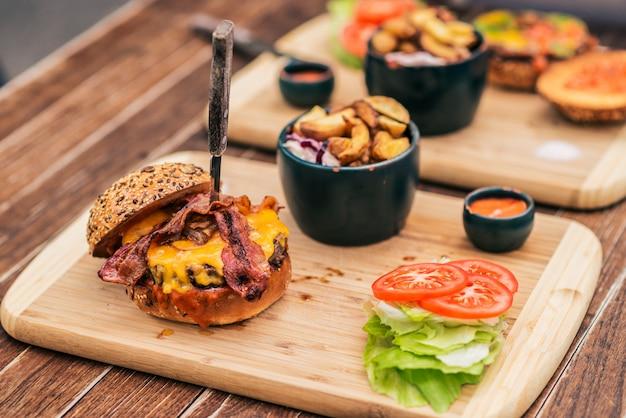 Délicieux fast-food servi sur l'assiette en bois.