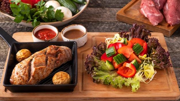 Délicieux filet de bœuf rôti aux légumes frais.