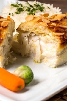 Délicieux filet de poisson grillé sain servi sur un plateau avec une salade fraîche colorée pour un délicieux dîner de fruits de mer.