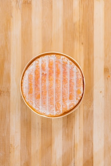 Délicieux fromage allemand traditionnel gros plan pendant la cuisson. faire un fromage.