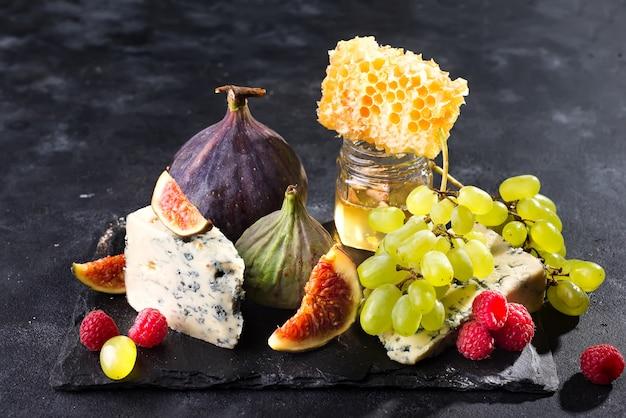 Délicieux fromage avec du miel frais