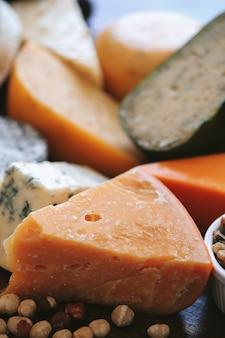 Délicieux fromage sur la table