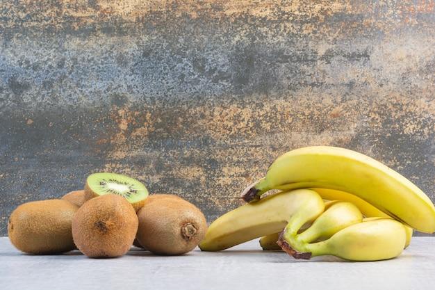 Délicieux fruits de banane et kiwi.