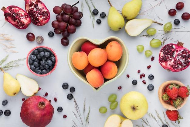 Délicieux fruits dans des bols vue de dessus
