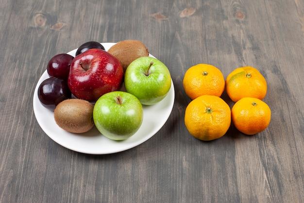 Délicieux fruits divers sur une table en bois. photo de haute qualité