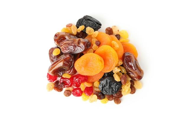 Délicieux fruits secs isolés sur blanc